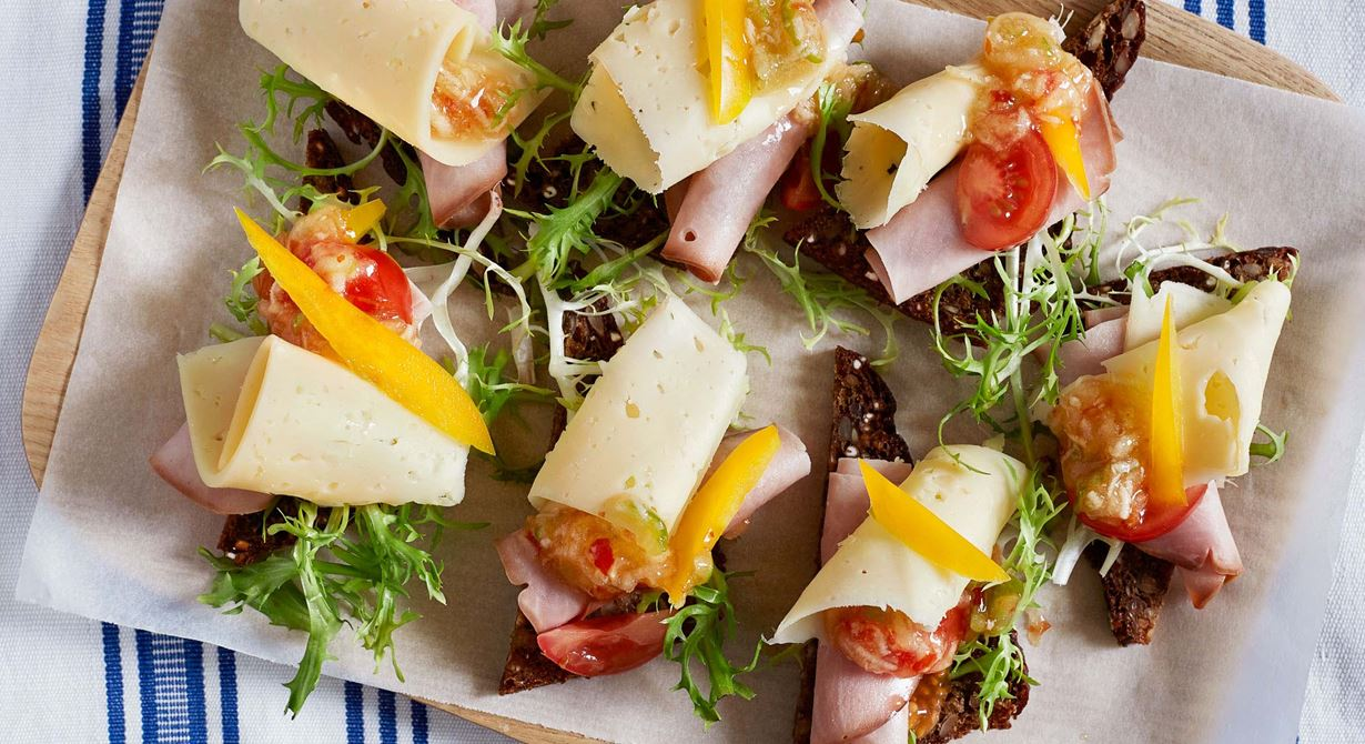 Skink- och ostsnittar som passar lika bra till frukost som mellanmål.