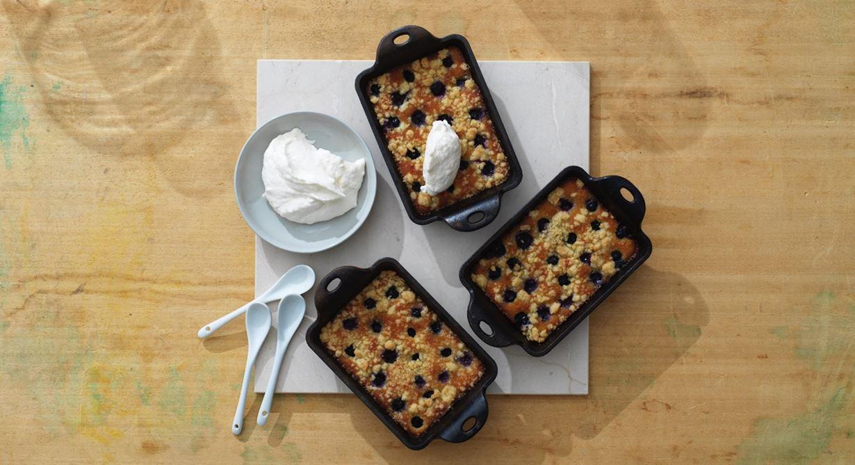 Ljuvlig ljummen höstpaj med mandelmassa och blåbär serveras med fluffig galangakräm gjord på vispad grädde och färskost smaksatt med riven galangarot.