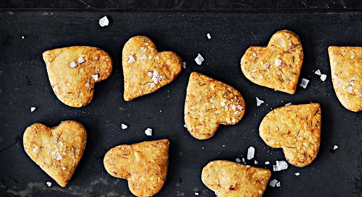Lika söta som smakrika blir ostkakorna utskurna med pepparkaksformar. Går att variera i det oändliga och ett perfekt sätt att använda ostsnuttar som inte är  tillräckligt fina att sätta ut på julbordet. Smaksätt ev med örter, enbär eller torkade lingon.