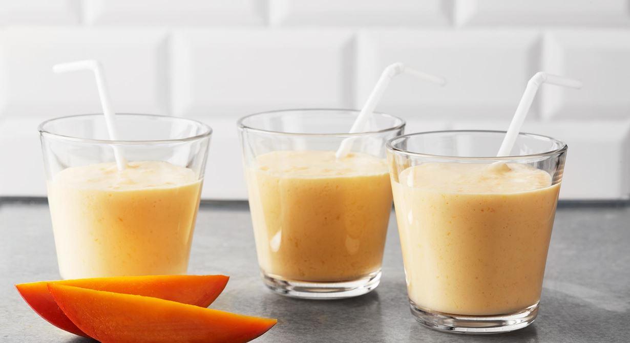 En krämig smoothie med mango och banan som du snabbt och enkelt mixar.