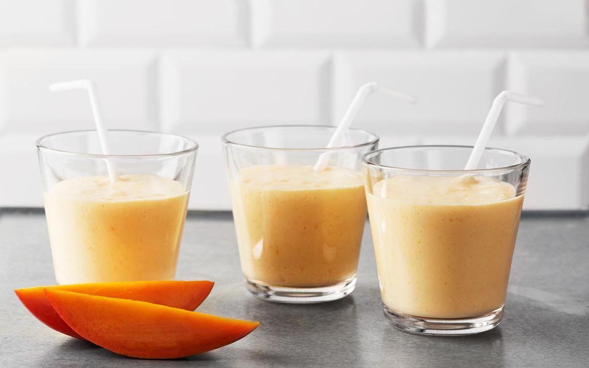En krämig smoothie med mango och banan som du snabbt och enkelt mixar till mellanmål.