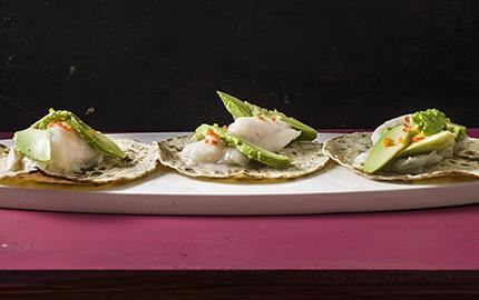 I Mexiko delar ofta gästerna på en helgrillad fisk som de plockar bitar av till sina tacos. Thomas smörbakade kummel med härlig smak av vitlök passar fint på en tortilla. Gärna ihop med nötig avokado och en habanerodressing med bett.