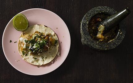 Svensk-mexikansk variant på grillade fisktacos med smulstekt abborre och salsa molcajete – en mortlad salsa. Med rostade tomater framträder smaken ännu mer.