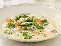 Ett recept från min mormor på en jättepopulär soppa som hon alltid lagade och kallade för nyvälling. Den är mättande med lena smaker och krispiga grönsaker.