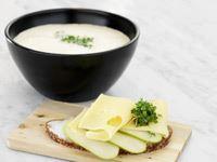En underbar och sammetslen vinnarsoppa. Att skala de knöliga kockorna är värt besväret. För när väl detta är gjort går soppan på mindre än en kvart. Servera ett surdegsbröd med Kvibille Grevé till soppan.
