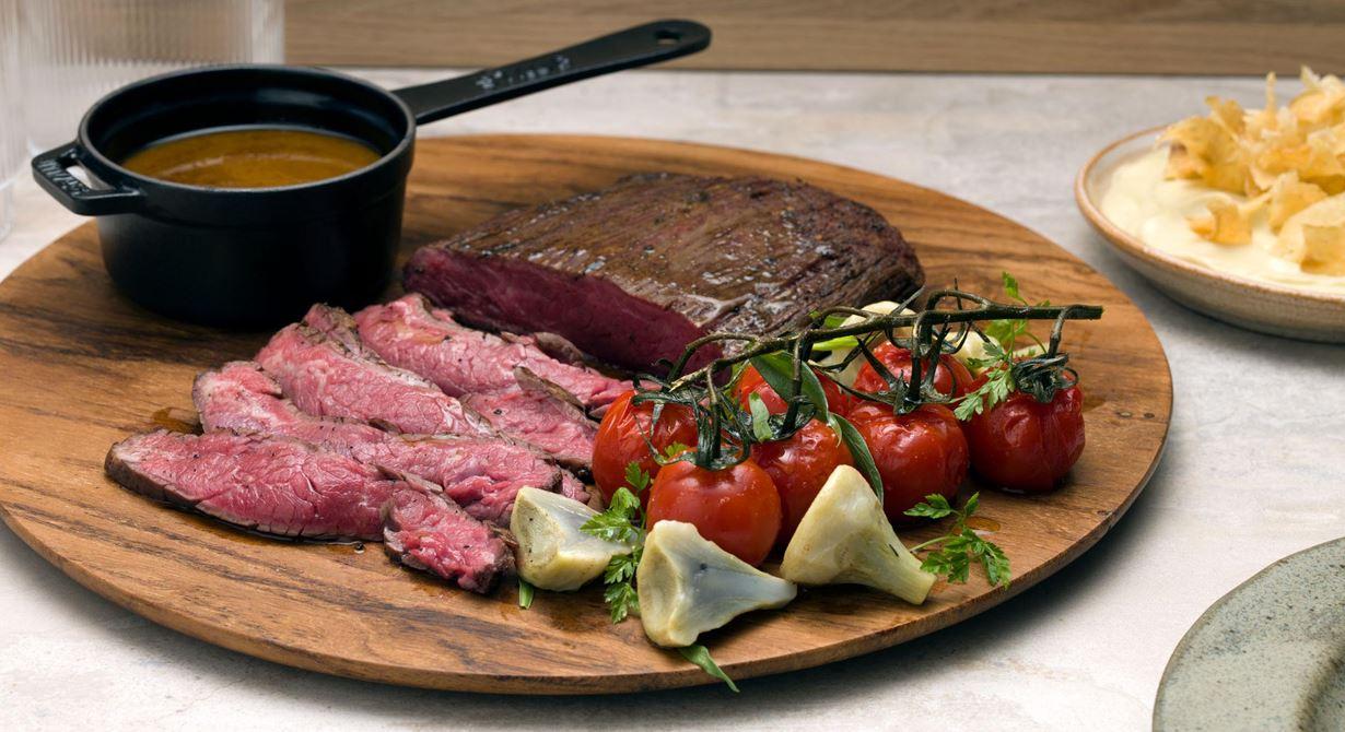 En underbar kötträtt med medelhavsinfluenser. Mört kött i tunna skivor i sällskap av saftiga tomater med liknande smaksättning som i en biff med bea. Gott och fräscht ihop med den milt syrliga puréen toppad med frasiga chips.