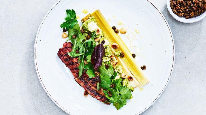 Sotad purjolök, smulad vitost och örtig vinägrett med kapris och rapsolja samt stekt sidfläsk