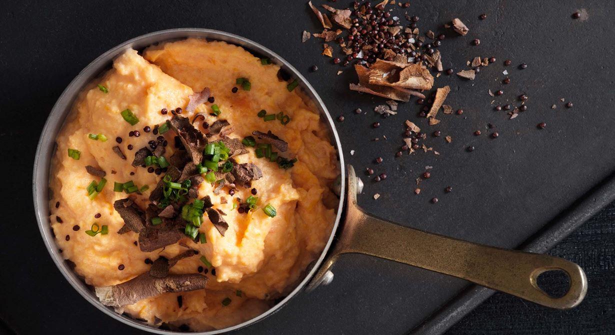 Sötpotatis serveras ofta ihop med quinoa i Peru. Ta till vara på potatisskalet och rosta i ugnen med quinoa, så får du en smakrik och krispig topping som ger det lilla extra.