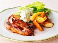 Helgen bjuder alltid på något extra. Som marinerad fläskkarré, stek eller kotlettrad som sköter sig själv i ugnen. Rostade söta palsternackor i sällskap med potatis och morötter är värmande och trygg mat som smakar extra gott.
