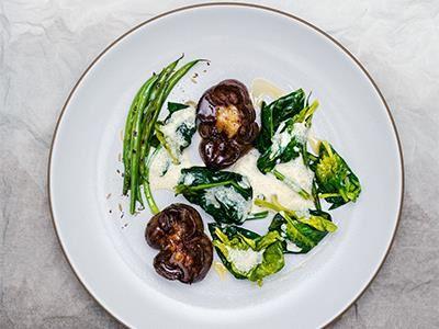 Stekt njure med gräddsås är en rätt som har varit lite bortglömd, men i Frankrike äter man den även till fest. Med smörfrästa grönsaker och smak av anis har klassikern fått en ny twist.