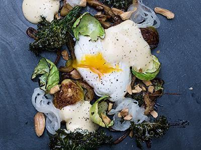 Mjukt ägg mot krispig svamp, sötsyrlig lök, knaprig mandel och kål på olika sätt. En härlig kombination med smörskum som får syra av vinäger. Variera gärna skummet med brynt eller rökt smör.