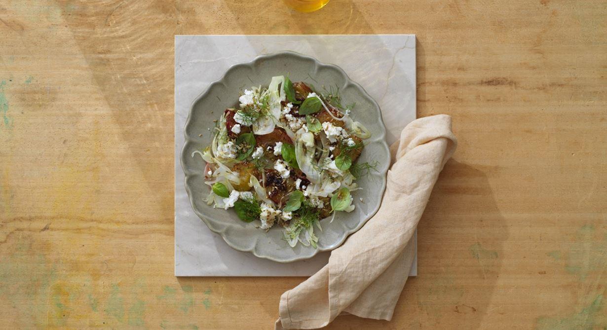 Underbar kombination med varma galangaglaserade plommon, råhyvlad fänkål och getost. Allt toppas med fänkålsfrön och dill.