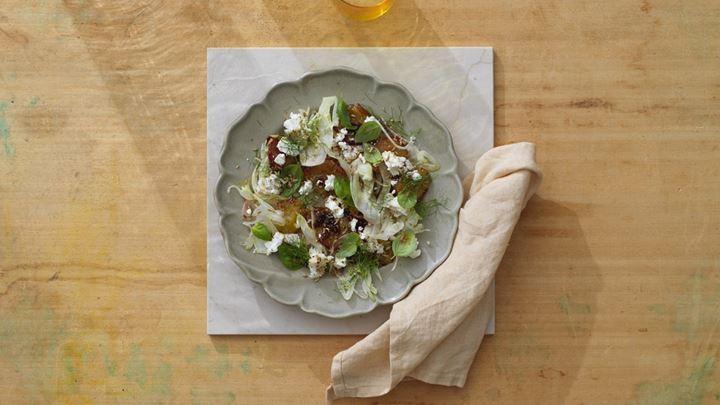 Stekta plommon med galangarot, rå fänkål, basilika och getost