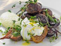 Saftiga köttbullar på svensk lamm- och fläskfärs med frisk och fräsch smak av citron, vitlök och örter. Lamm är dessutom så gott med getost, som är så gott med betor... Tre smaker som passar ihop är bra lunchlogik att utgå ifrån.