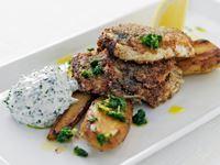 En klassisk men ändå helt ny rätt. Jag vill få in fisk på lunchmenyn. Men färsk fisk är ofta dyr. Strömmingen är däremot billig. Den blir mycket trevlig om man marinerar den i crème fraiche och steker den frasig.