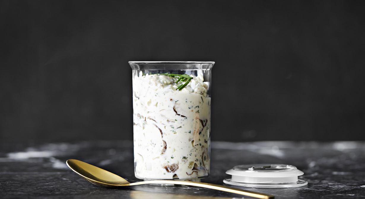 Vegetarisk sill med smak av ost, saltgurka och pepparrot.