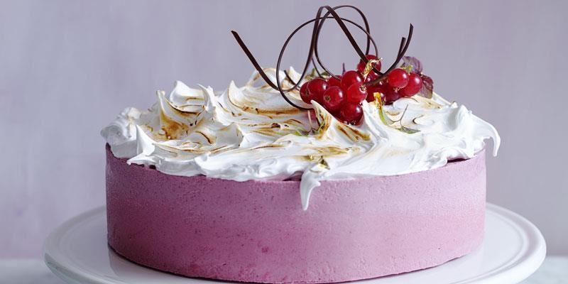 Den syrliga yoghurten och de svarta vinbären blir en härlig kombination ihop med mjölkchokladen och den söta marängen.