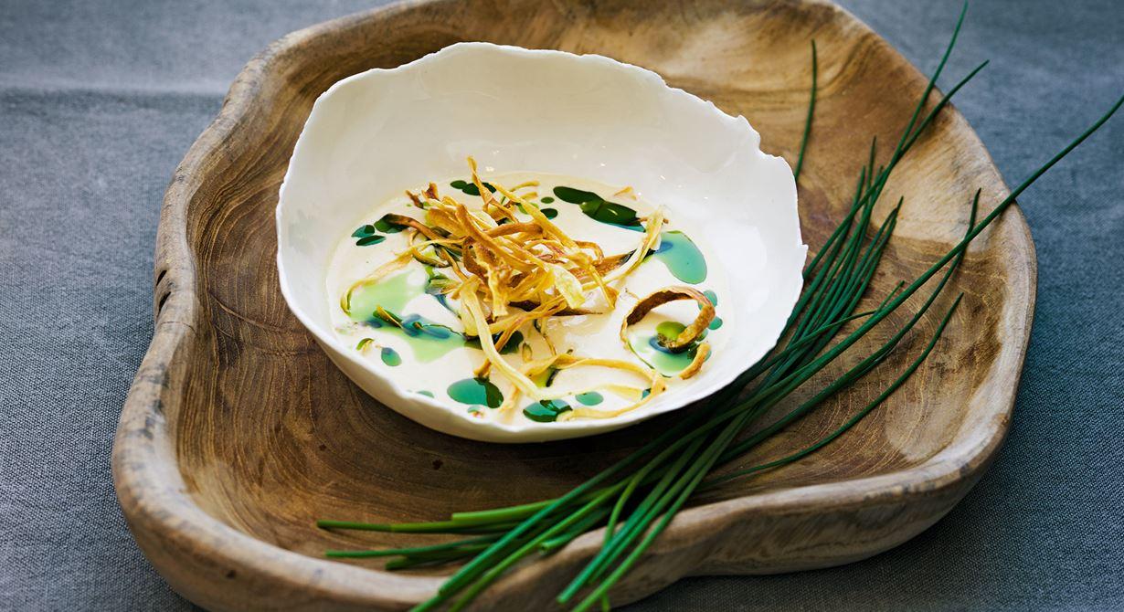 Svartrötter kallas även för bondsparris och påminner om den vita sparrisen. Rostade och friterade svartrötter ger den mixade soppan en djupare smak. Istället för klippt gräslök blir en vacker gräslöksolja garnityr.