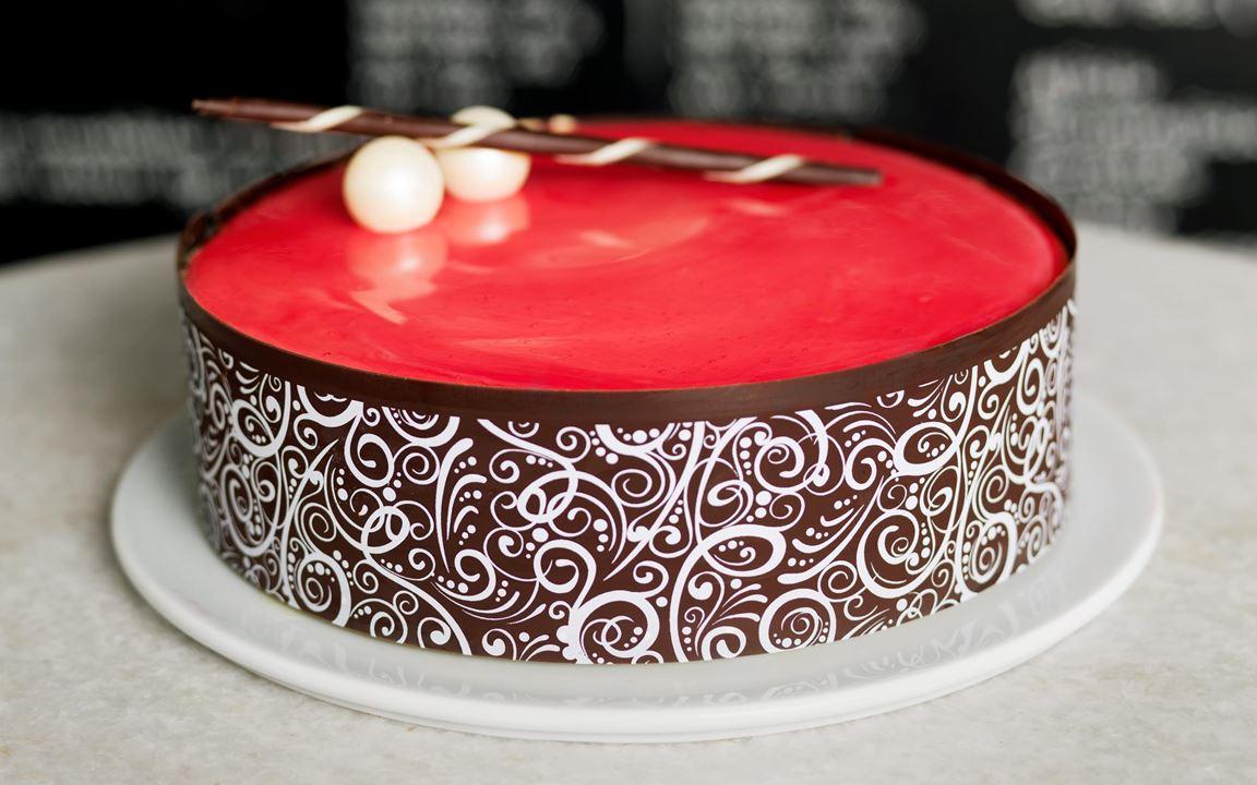 En smakfull glasstårta på marängbotten med mjuka toner av saffran, vanilj och kola, samt en interiör av frisk sorbet. Ta fram tårtan en stund innan servering, så blir den lättare att skära och smakerna kommer till sin rätt.