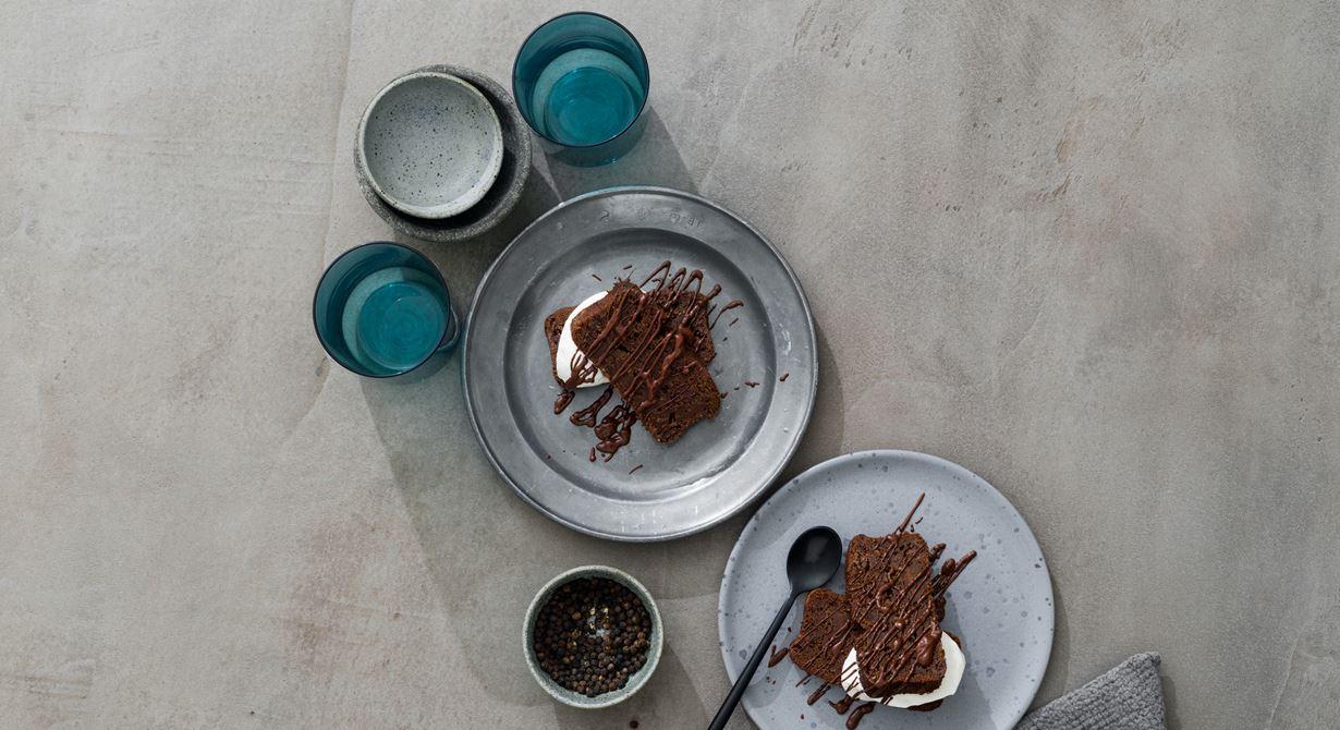 En smaksensation med choklad och het tellicherrypeppar gjord på sötpotatis, mörk choklad och muscovadosocker. Serveras tillsammans med lättvispad syrad grädde och varm chokladsås.