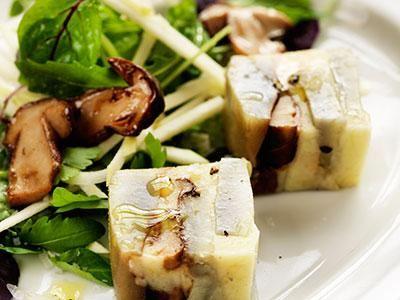Smakrik terrine med ost, kronärtsskocka karljohansvamp och Svecia serverad med en fräsch äppelsallad.