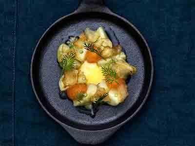 En hyllning till sommarens godaste råvara - färskpotatisen. Den rika, fylliga äggcrèmen bryter fint av mot syran i den glaserade potatisen. Somriga smaker med krondill när den finns i säsong.