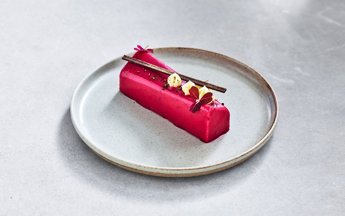 Timutpeppar tillhör samma familj som sichuanpepparn och är aromatisk och blommig med inslag av ros och jasmin. Här hittar du den tillsammans med söt mazarinkaka och svartvinbärsbavaroise.