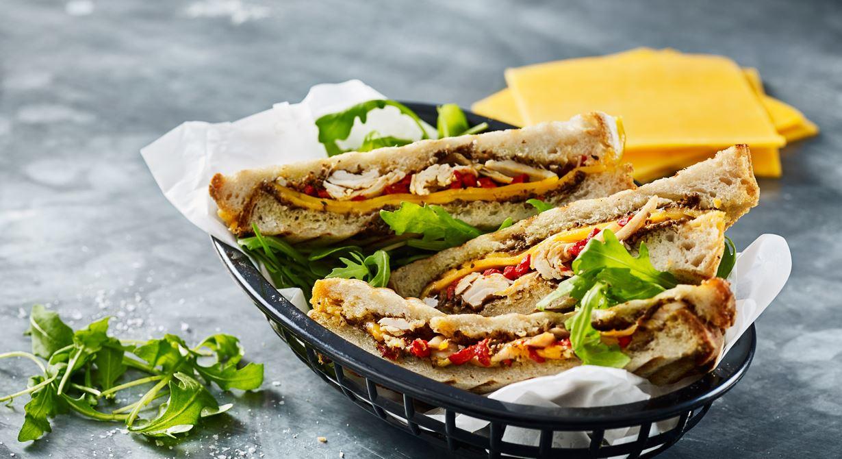 Den här toasten med kyckling, paprika, oliver och cheddarost är makalöst god.