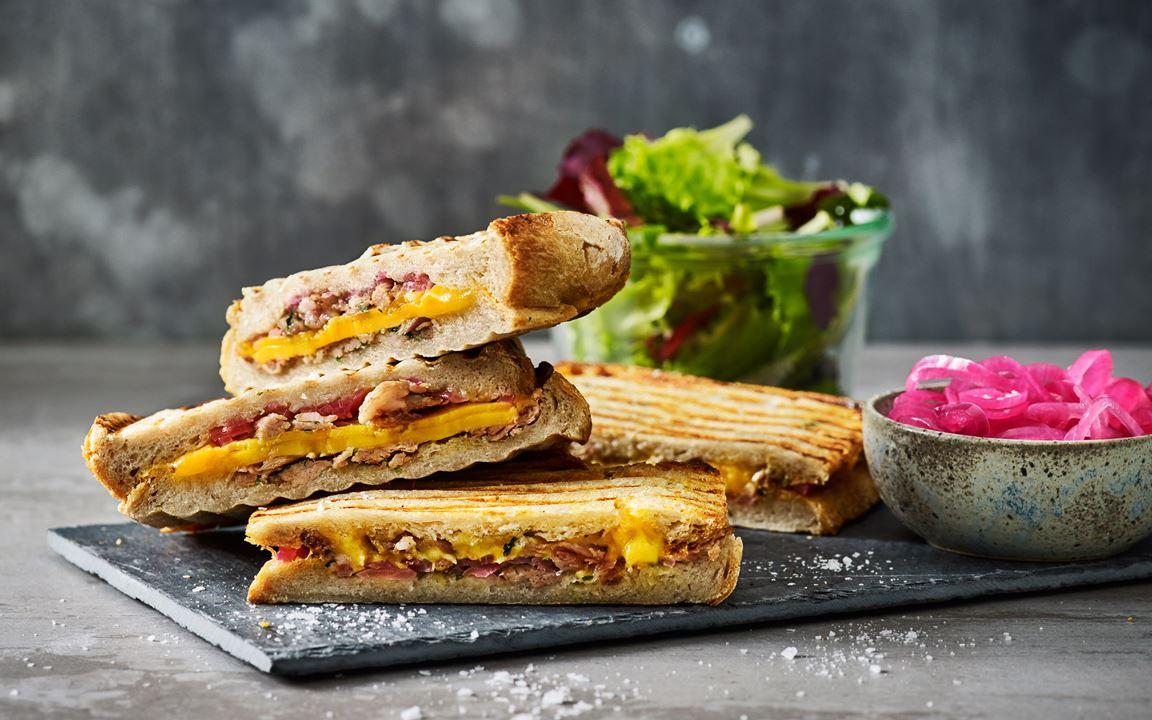 Den här frasiga toasten med pulled pork, picklad rödlök, cheddar och koriander får du bara inte missa.