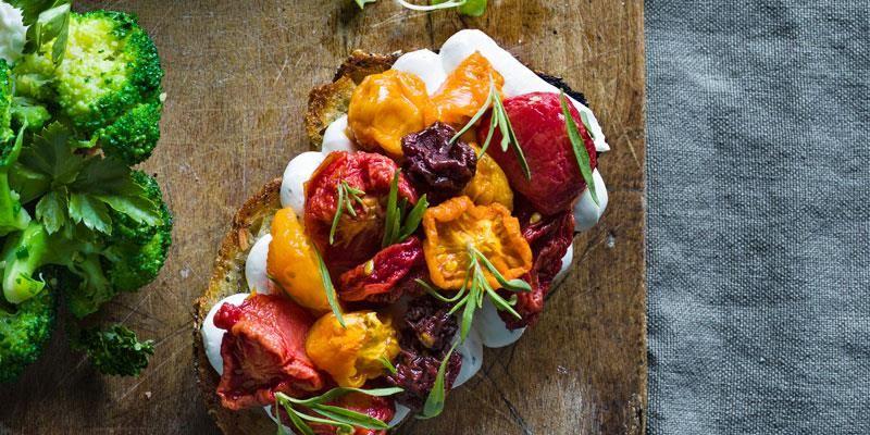 En försvenskad bruschetta med små gravade tomater i olika färger, som torkas i ugn för att få ut vattnet och koncentrera smakerna. Brödet toppas först med färskost smaksatt med kyndel istället för basilika.