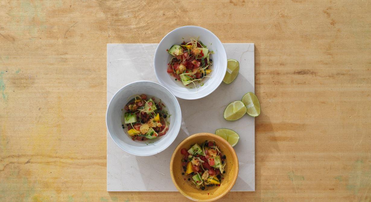 Vegetarisk ceviche med bas av tomat smaksatt med chili, ingefära och dragonolja. Den perfekta förrätten med sydamerikanska influenser.