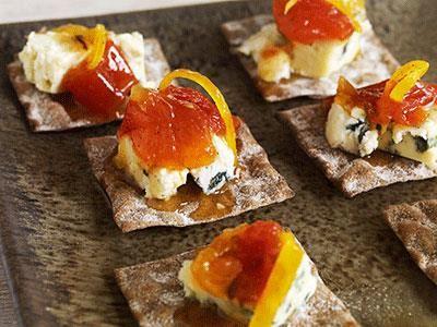 Hemgjord tomatmarmelad med smak av apelsin och vanilj passar utmärkt till blåmögelost. Marmeladen håller 2-3 veckor i kyl.