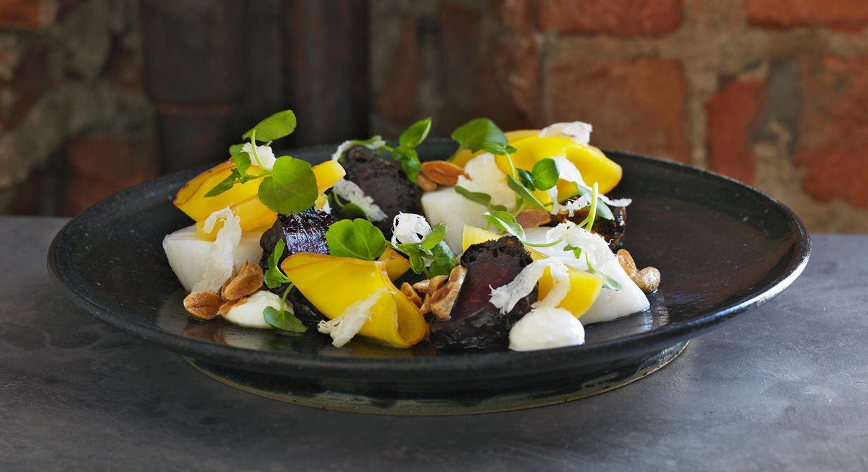Ett elegant upplägg med lättrimmad torsk, bakade röda och blancherade gula betor. I de dekorativa knytena ligger en smakrik färskostkräm. Allt toppat med brynt mandelsmör och hyvlad pepparrot.