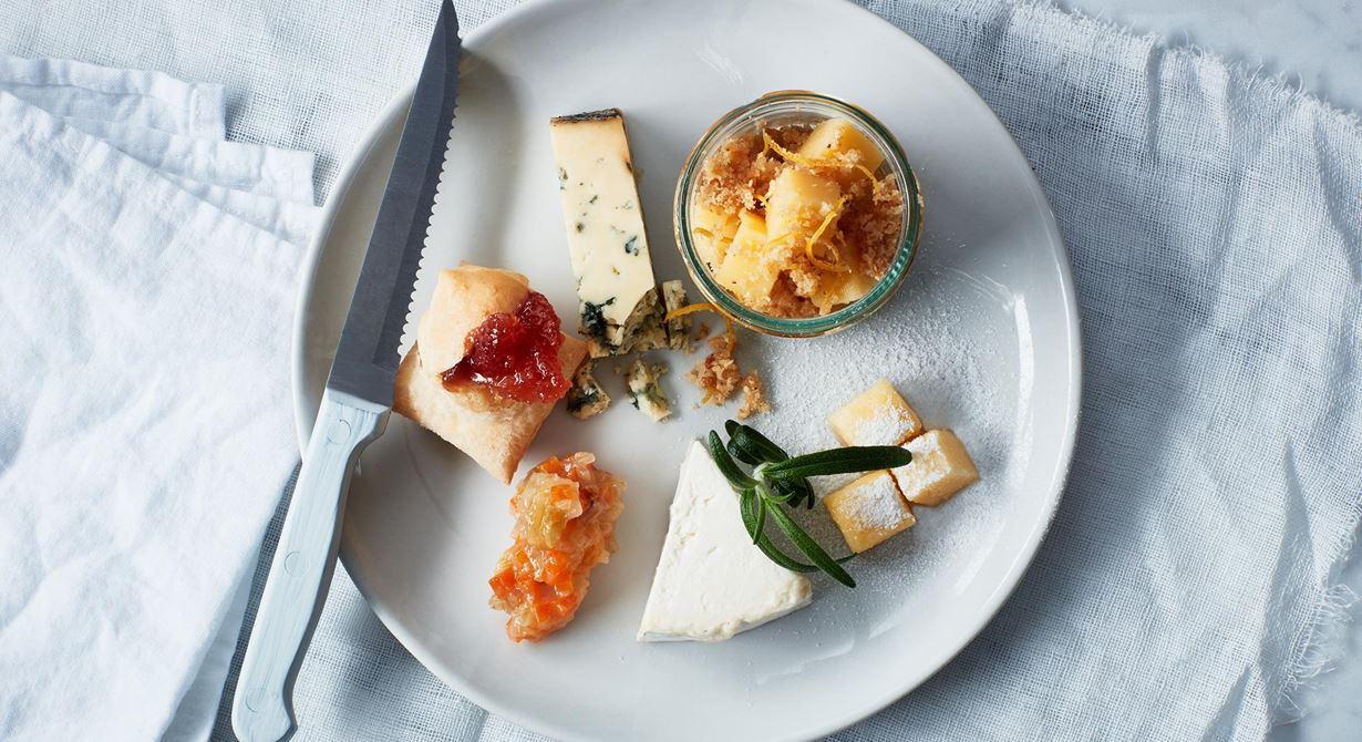 Sältan i ostarna och syran i citroncrustet och marmeladkuberna lyfter varandra. Kvitten briljerar ihop med grönmögelost. Och den feta, milda löken har smaker som passar fint till den gräddiga osten.