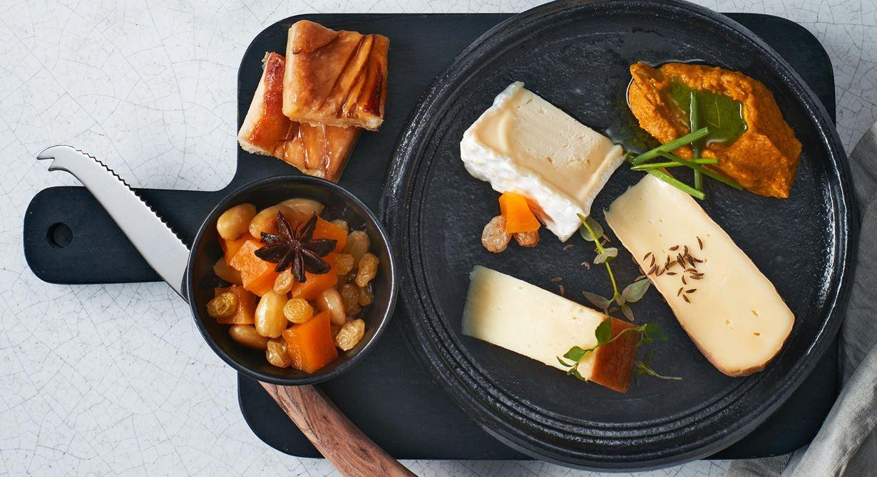 Ost med tydlig sälta är given till syltad pumpa. Aprikosernas sötma i flarnen matchar de krämiga, fylliga ostarnas karaktär. Den gräddiga osten gör sig bra till den rökiga morotspurén med mild gräslöksolja.