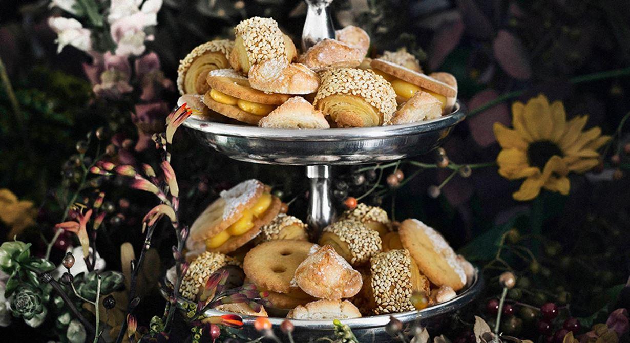 Sju sorters kakor är en svensk klassiker från 1800-talets mitt. Men alla traditioner mår bra av att följa med sin tid. Här presenterar vi tre trendiga småkakor: milanokakor, amarettikakor och linzerögon.