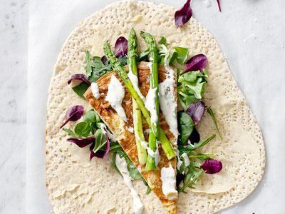 Fantastiskt bröd som rymmer en hel lunch. En läcker kombination med mjuk omelett, grillar sparris och en krämig dressing med sting av vitlök. Wrap betyder att  slå in. Och det är precis vad du gör med fyllningen.