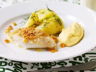 Ugnsbakad fisk är alltid tacksamt. Spröd fisk är en favorit och den här med cornflakespanering och buljongströssel är något extra. Ibland rostar vi ströbröd och cornflakes i ugn och serverar istället som strössel bredvid tillsammans med brynt smör.