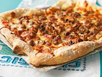 Välkända rätter får eleverna att våga prova vegetariskt. En busgod pizza med seg botten och knapriga kanter, toppad med nyttiga linser, tomater, oliver och ost tackar ingen nej till.