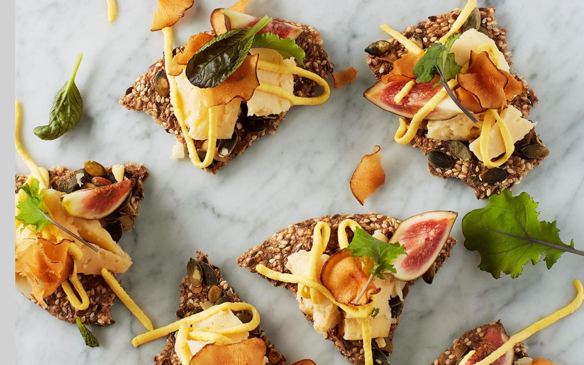 En riktigt vällagrad ost som bör njutas i små munsbitar. Citroncrémens koncentrerade smak bryter fint av mot ostens sälta och sötma. Toppa med ett  frasigt jordärtskockschips.