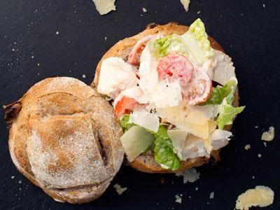 Härliga, smakfulla portionsbröd med valnötter, krispiga skorpa och segt inkråm. Delade och urgröpta rymmer de en hel caesarsallad. Var generös och servera extra av den goda dressingen bredvid.