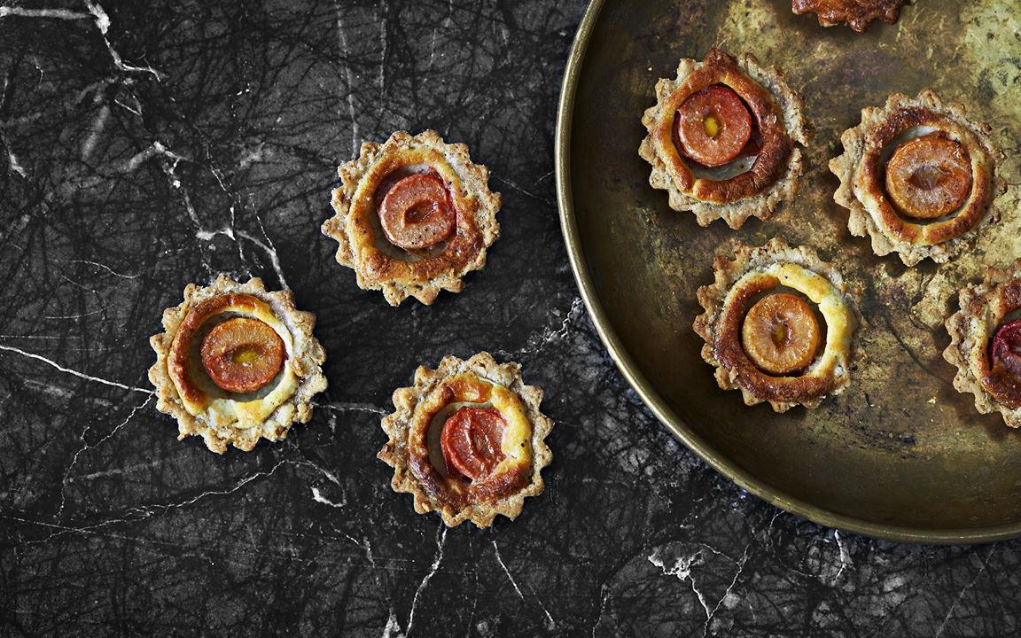 Att mixa valnötter i pajdegen gör den smakrik och knaprig. De söta plommonen är en härlig kontrast till den salta ädelostfyllningen till vilken alla ostsmulor, kanter och överblivna bitar kan användas.