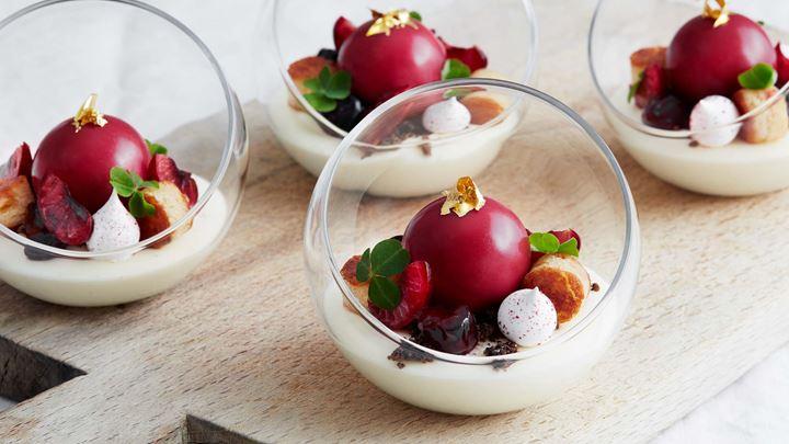Vaniljmousse med körsbärsbavaroise, spritade körsbär,   mandelkaka och kaffesmulor