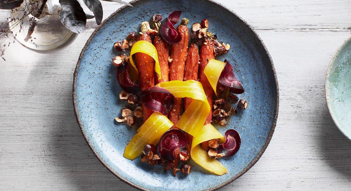 Bakade, råa och picklade morötter med brynt smör gifter sig fint med knapriga nötter.