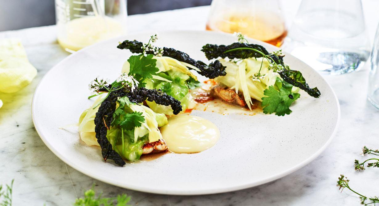 Den kryddsotade feta makrillen serveras med härliga syrliga tillbehör. Fänkålen marineras med yuzu och spetskålen stuvas med smörad vassle. Filmjölken, som i det här receptet blir en restprodukt, kan användas som färskost.