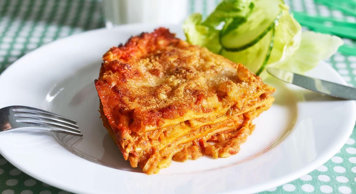 En klassisk lasagne där köttfärsen är utbytt mot cottage cheese. Receptet går enkelt att laga i större mängder och flera bleck.  Specialkost: Går att göra laktosfri genom att använda laktosfria produkter.