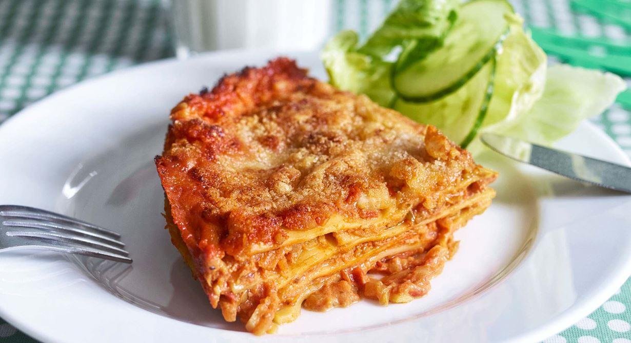 """Genom att riva och steka vitkål och morötter blir det ett sätt att """"lura i"""" barnen grönsaker utan tjat. Det smuliga täcket gör lasagnen lite extra festlig."""