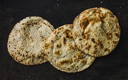 I de norra delarna av Mexiko är det vanligt med tortillabröd bakade på vete. Tänk alltid på att lägga de tunna, runda bröden på en fuktig handduk. Då är de fortfarande mjuka och formbara vid servering.