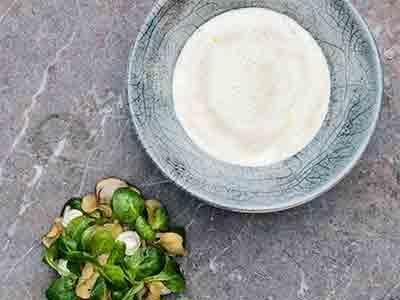 En klassiker i ny tappning med jordärtskocka, schalottenlök och karljohan. Den smakrika salladen och lökcrèmen blir perfekt sällskap till den goda soppan.