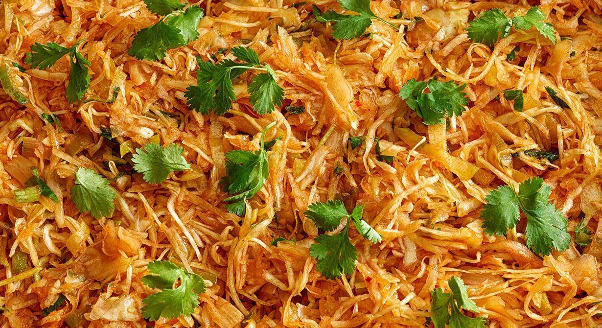 Kimchi har blivit populärt på många lunchrestauranger. Kimchibasen ger snabbt vitkålen och  purjolöken en koreansk stil när de marineras i vacpåse. Lätt och smidigt även när du vill göra  något med de rotfrukter du har som blivit över.